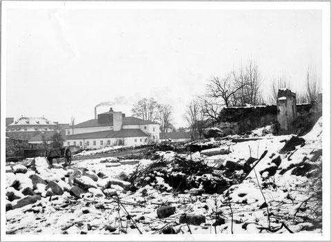 Blick über zerstörte Stadtmauer auf Ernst-Sachs-Bad