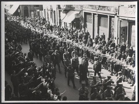 vermutlich 1. Mai 1933 - rechts Bürstengeschaft Irma Lohschutz Spitalstr. 26, dann Eisenhandel Eberhardt Nr.28, dann Brillen Voigt Nr. 30 (Faustsches Haus) dann Kronen Apotheke Nr.32, dann Kaufhaus Tietz