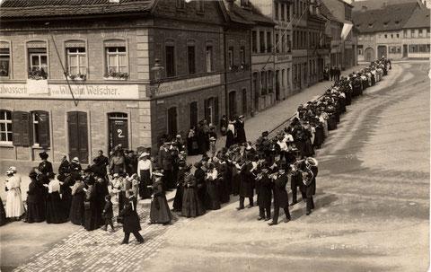 Frauenfestzug um 1910, von der damaligen Bauerngasse (heute Am Zeughaus) kommend, in die Manggasse abbiegend - Anlass unbekannt, wer weiß es?