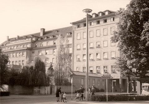 Krankenhaus St. Josef, rechts Kiosk