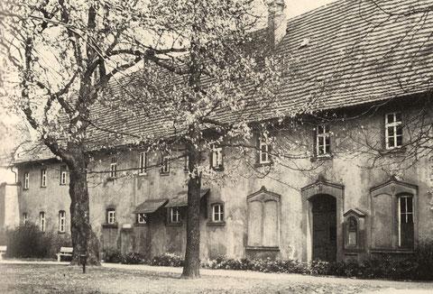 Das 1862 erbaute Haus mit Armenwohnungen neben dem Alten Friedhof. Zuvor stand hier auf der Mainseite ein Waisenhaus, das 1557/1560 dort erbaut worden war und das noch Mauern des zuvor dort befindlichen Karmelitenkloster enthielt