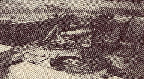 150 Geschützstände gab es rund um Schweinfurt, die alle bombardiert oder gesprengt wurden, wie dieses 8,8 cm Flakgeschütz am Deutschhof (im Hintergrund das Gut)
