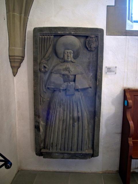Grabplatte von Anna Hoefel, St. Johanniskirche Schweinfurt; das Grabmal ist im Knoten mit HF signiert; sie wurde vom Bildhauer Hans Fürger aus Windsheim gefertigt.