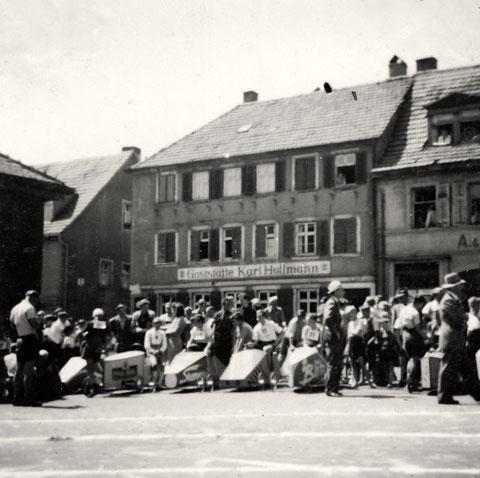 """Seifenkistenrennen - die Zeughausgaststätte hieß damals """"Geststätte Karl Hoffmann"""""""