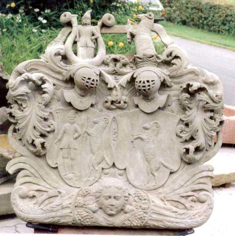 """Das Doppelwappen enthält im Band, das die beiden Familiensymbole verbindet, die Inschrift: DOMINVS PROVIDEBIT was bedeutet: Der Herr wird versorgen - übrigens auch die Inschrift im berühmten """"Buddenbrookhaus"""" in Lübeck"""