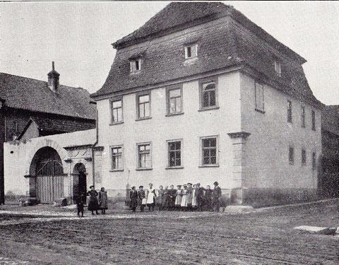 Haus Nr. 1 - Wohnhaus im Putzbau mit Mansardendach und bemerkenswertem Hofabschluss, erbaut 1800