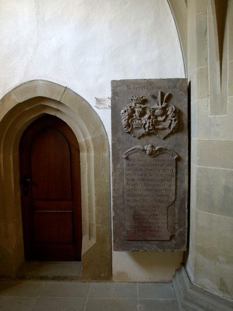 Die Grabplatte des Johan Georg Freyherr von Trautitz, heute in der St. Johanniskirche Schweinfurt
