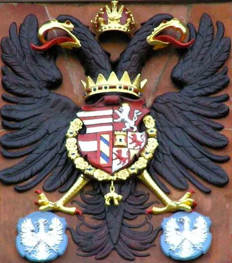 Der Schweinfurter Wappenadler in den Krallen des Reichsadlers - am Rathaus