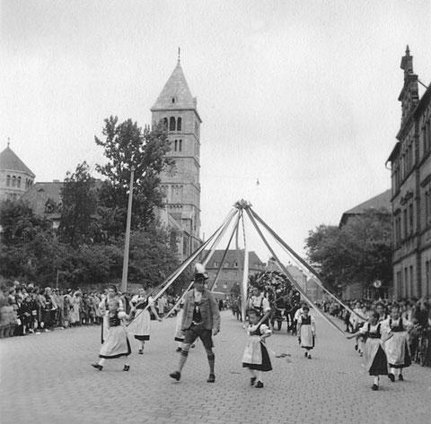 1951 - Festzug anlässlich der Eröffnung des Schweinfurter Volksfestes in der Schultesstraße