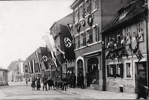 Bauerngasse in den 1930ern - links das Zeughaus - ganz hinten ein Teil des Lebküchner-Hauses zu sehen