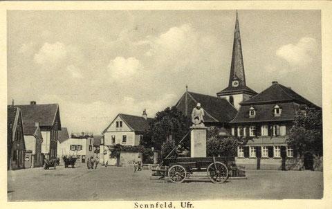 Rechts von der alten Kirche das Pfarrhaus, links die erste Schule. Vorne das Kriegerdenkmal 1914-18. Aufnahme um 1933