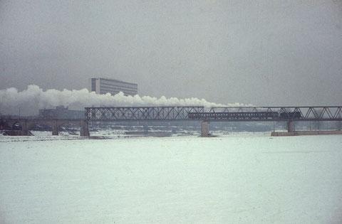 Januar 1964 - Zugefrorener Main mit Eisenbahnbrücke