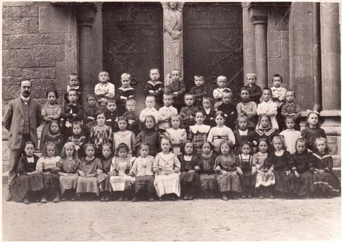 Schulklasse vor der Heilig-Geist-Kirche