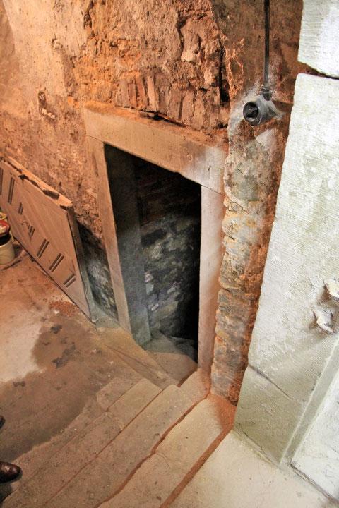 Von dieser Ebene mit kleinem Keller führt seitlich dieser Gang weiter hinab in den großen Keller, der am Ende zugemauert ist und der wohl in die Räume des Ratskellers geführt haben mag, zumindest in einen der Keller des alten Rathauses