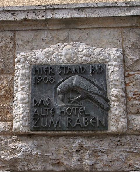 Schild heute am Haus des ehemaligen Hotels Zum Raben