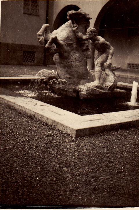 Der Brunnen vor dem Erst-Sachs-Bad 1934