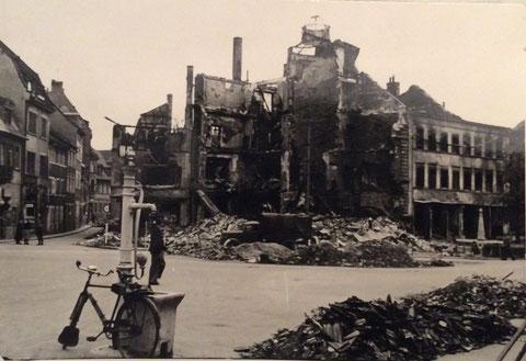Albrecht-Dürer-Platz - das zerstörte Kaufhaus Kretzschmar - rechts der Vierröhrenbrunnen, der damals an anderer Stelle stand