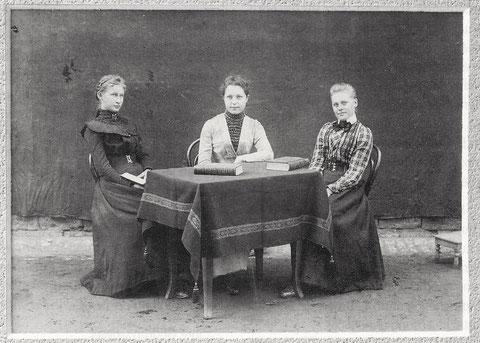 """""""Höhere Töchter"""" im Jahre 1900"""
