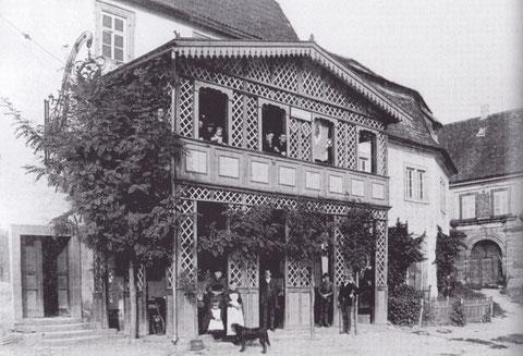 """Gasthof """"Zum Schwarzen Adler"""" - die Gaststätte ist bereits zur Zeit vor dem 30-jährigen Kriege nachgewiesen! - Die erste Erwähnung einer Gaststätte an dieser Stelle stammt aus dem Jahre 1490 (aus dem hennebergischen Erbbuch)"""