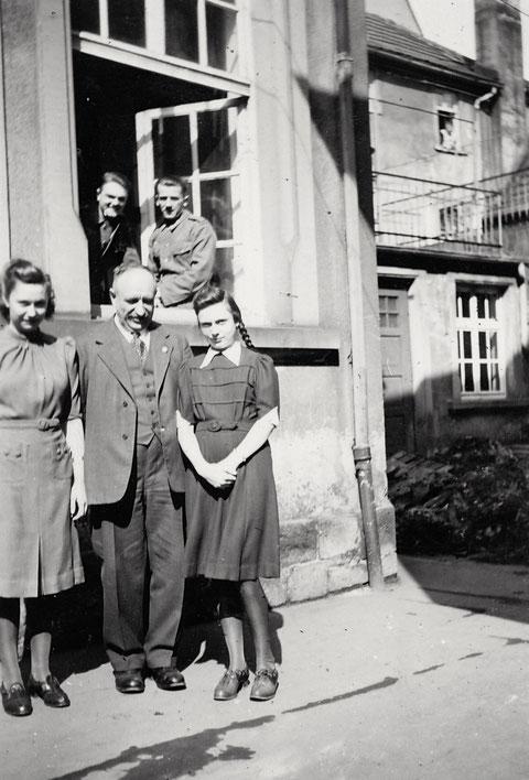 "Im Hof des ""Armenhauses"" ca. 1940"