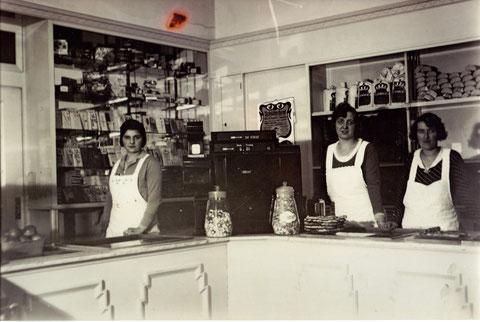 Die Mitarbeiterinnen im Cafe Schreier in den 1930ern