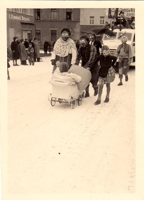 Faschingsumzug in den 1950ern Am Jägersbrunnen; hinten Ecke Hadergasse