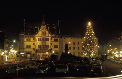 Dezember 1965 Marktplatz mit Weihnachtsschmuck