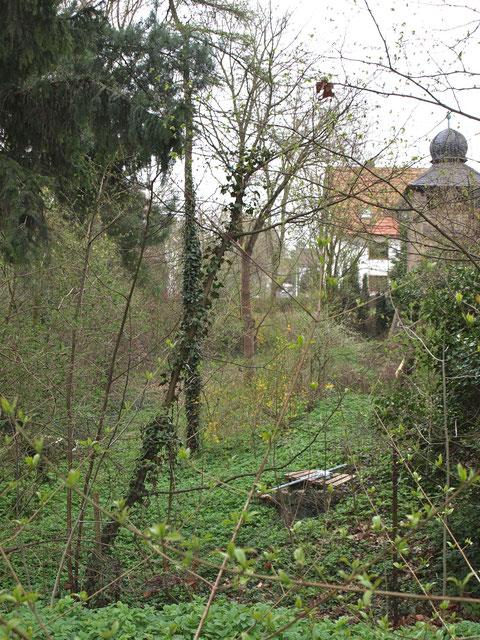 Deutlich ist hinter der Kreuzkirche noch der Wassergraben sichtbar, der sich noch fast um den ganzen Bereich der Kreuzkirche herumzieht
