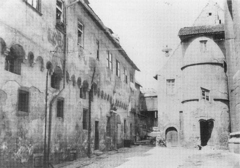 Zunächst befand sich das Armenhaus, besser: die Armenpfründe, auf dem heutigen Anton-Niedermeier.Platz an der Stelle des nördlichen Endes der Heilig-Geist-Kirche. Hier zu sehen der Treppenturm zur Armenpfründe.