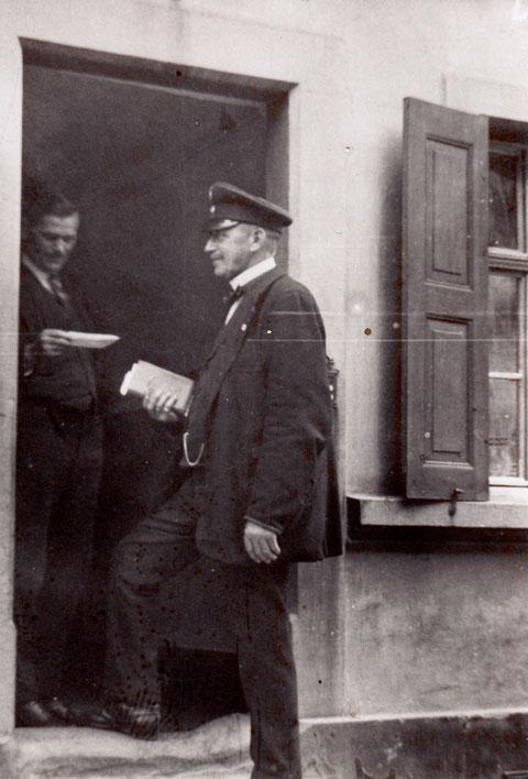 Fischerrain 71, Wilhelm Menninger mit Briefträger