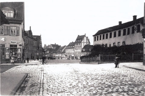 Blick vom Postplatz (Georg-Wichtermann-Platz) zum Roßmarkt - rechts Färberei Richter - links hinten Bauschhaus und dahinter Schranne