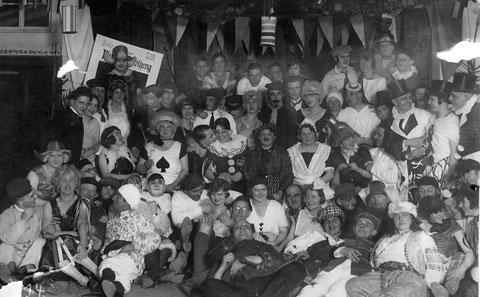Fasching Ruderclub 1927 in Mainberg Ganz rechts mit Zylindern Otto Feyh, unterste Reihe mit karierter Kappe Ehefrau Rosl Feyh, geb. Bechert. Danke an Frau Ilse Rankl