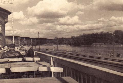 """Auf der Terrasse des Restaurants """"Brückenbräukeller"""" im Jahre 1936"""