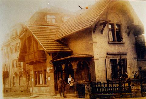 Das alte Zollhaus an der Maxbrücke (von der Stadt aus gesehen rechts am Abgang zur Maininsel)
