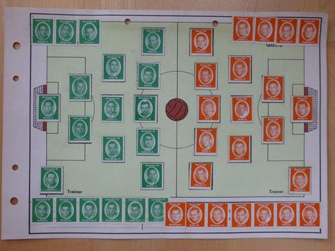 FC SCHWEINFURT 05 -  FC BAYERN HOF  Anfang der 1960er Jahre, wahrscheinlich 1962  Es handelt sich um ein DIN 4 Blatt, wo das Spielfeld dargestellt ist. Links sind 21 Sammelbilder  vom FC SCHWEINFURT 05. Rechts sind 23 Sammelbilder vom FC BAYERN HOF.