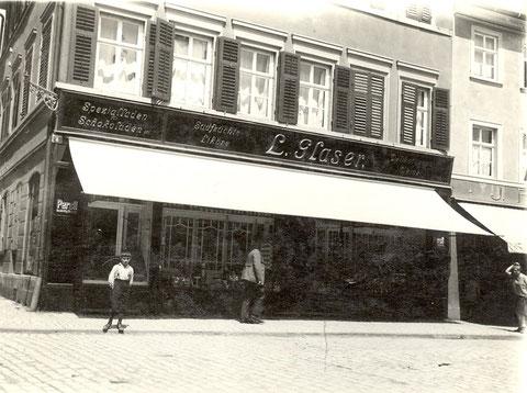 Delikatessgeschäft Carl Glaser, Postplatz 8,  1925 - Danke an Peter Wiegand