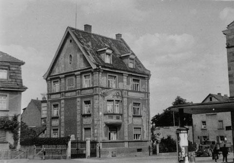 Friedhofstraße 18 1955, rechts Tankstelle der Fa. Vossiek