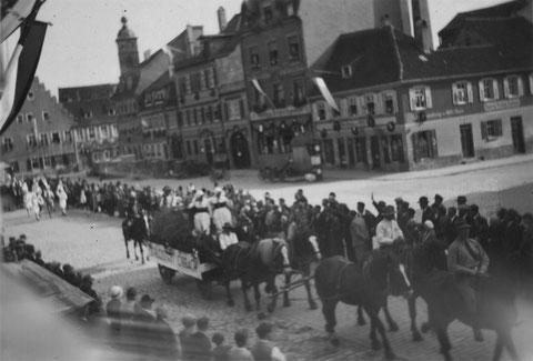 """Kornmarkt 1. Mai 1933 mit Umzugswagen """"Schloss Obbach"""""""