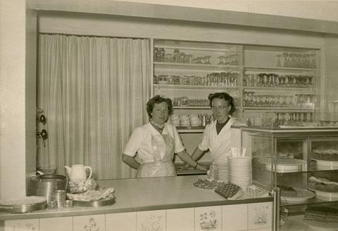 Café Lengfeld am 1.6.1955, rechts Frieda Lengfeld, die zusammen mit ihrer  Schwester und ihrem Schwager Artur Englert nach dem Wiederaufbau des Hauses ab 1953 das Café betrieb.
