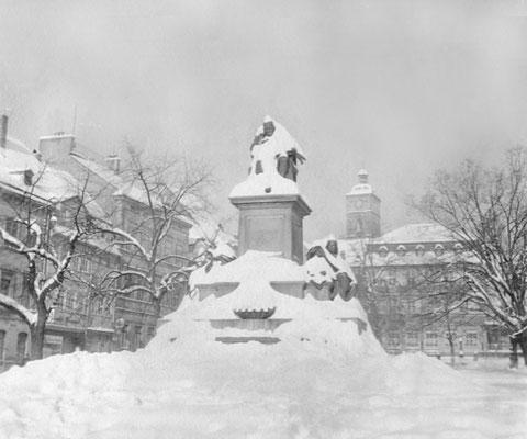 1942 - das Rückertdenkmal eingeschneit