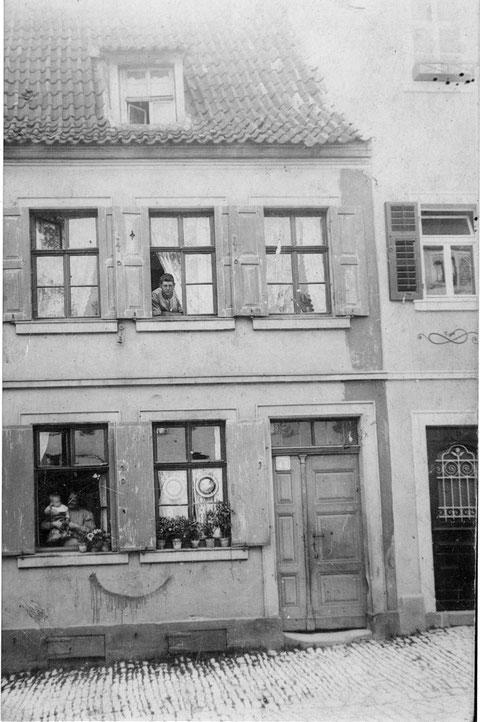 Wolfsgasse 43 - 1925 - In den späteren Aufnahmen sind die Sprossenfenster ersetzt worden und statt einer Dachgaube sind zwei vorhanden.  Im 1. Stock ist bei Vergrößerung noch eine Glocke mit Handzug zwischen den Fenstern von links 1 + 2 zu erkennen