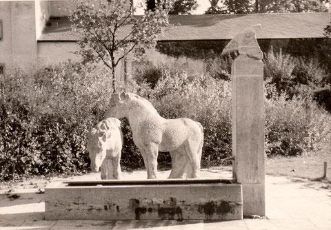 """Pferdebrunnen im Theaterpark (damals """"Messe-Platz"""")"""