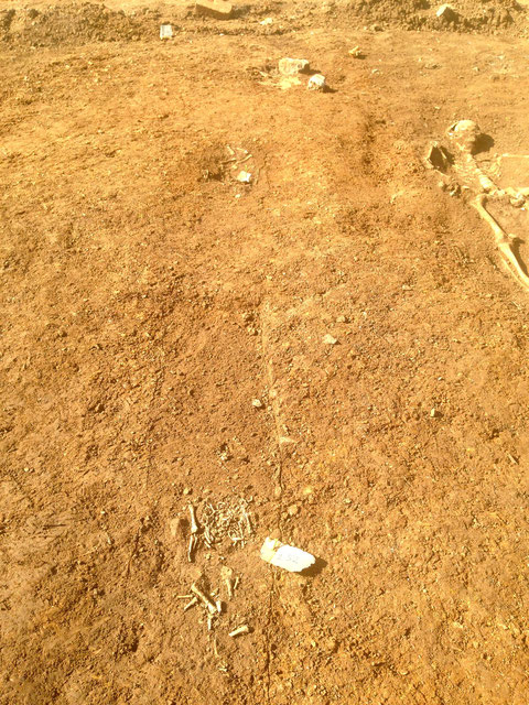 2 Kindergräber neben einem Erwachsenengrab