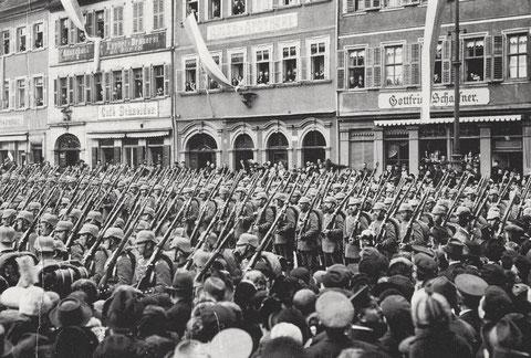 Soldaten des Ersatzbataillons des 9. Infanterieregiments am 17. März 1915 auf dem Schweinfurter Marktplatz