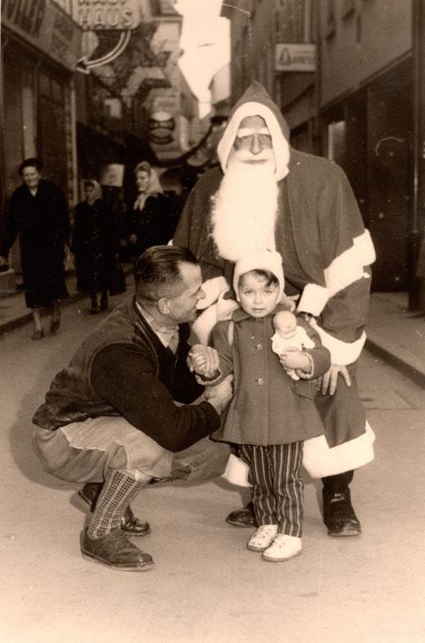 Nikolaus in der Keßlergasse in den 1950ern  - im Hintergrund das Main-Kaufhaus