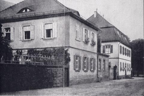Ehemaliges Klostergebäude Kirchplatz 7; das linke Gebäude wurde 1981 abgerissen, das rechte 1982 renoviert