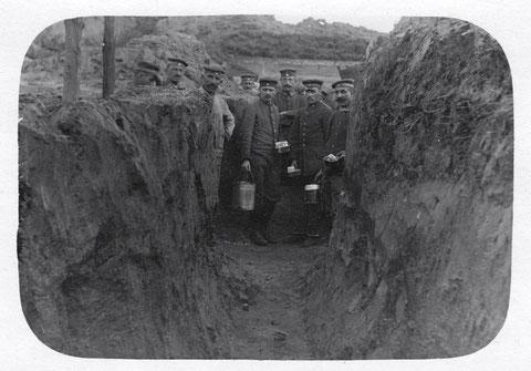 Schweinfurter Bataillon in Rußland, April 1917; die Küche im Graben – Stellung am Serwetz -Abschnitt 3b- in                 Russland – Soldaten (2. Kompanie) Rumpf, Gefreiter Grünewald, Frank, Gefreiter Stein