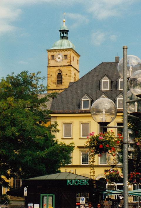 Am Marktplatz Schweinfurt 1998 - im Hintergrund Turm der St. Johanniskirche