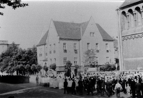 Fronleichnamsprozession vor der Hl.-Geist-Kirche ca. 1960