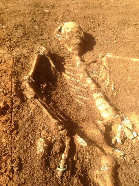 Dieses Skelett hat im Brustbereich Spuren von Haken und Ösen; an der rechten Hand befindet sich ein Ehering aus Bronze